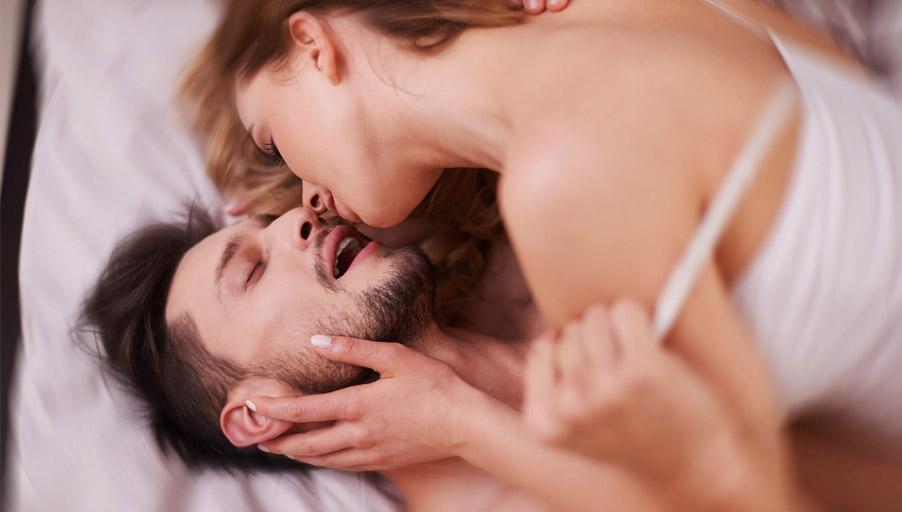 Оргазм мужской видео онлайн, девушка делает минет фаллоимитатору